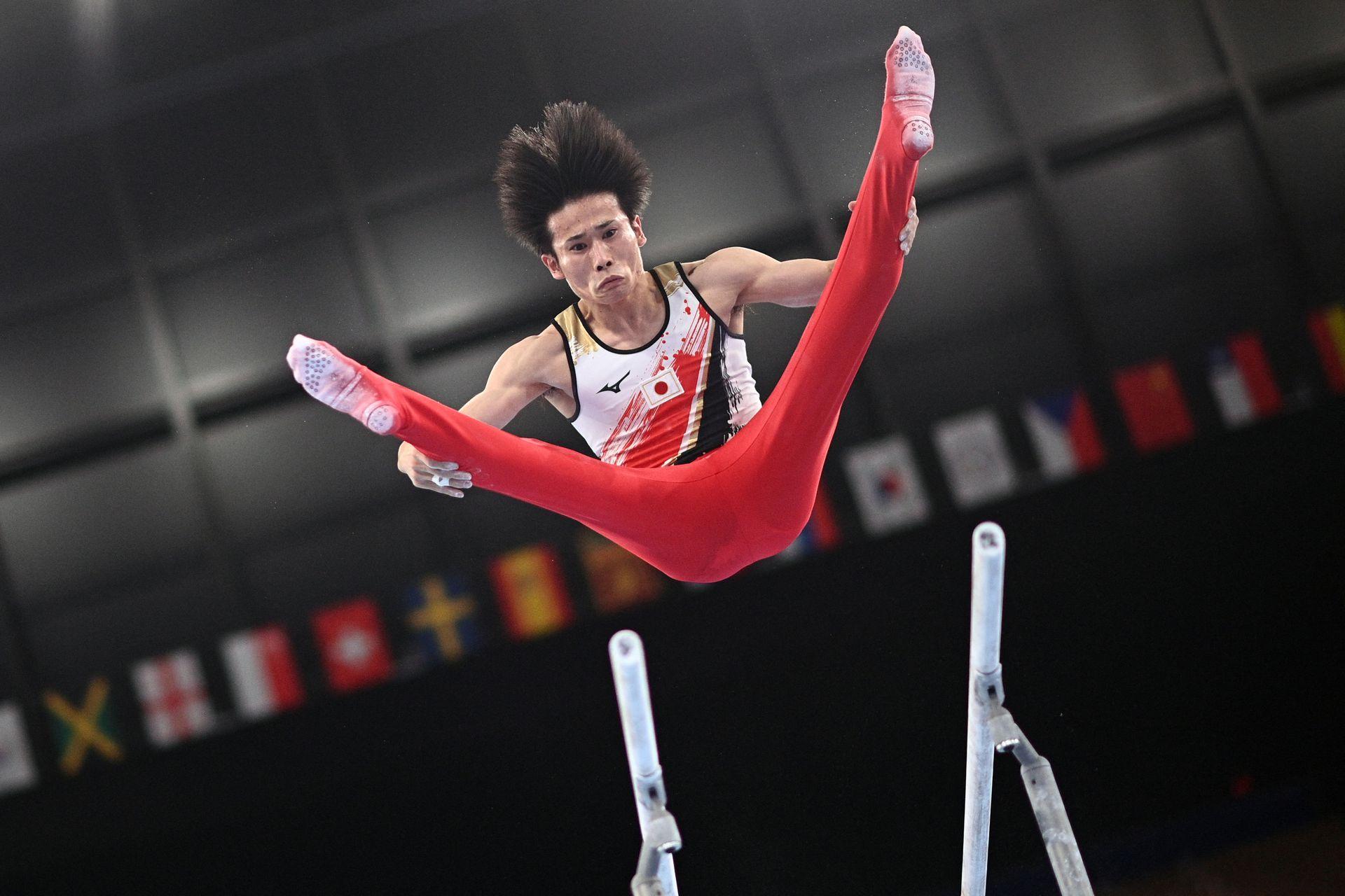 Kazuma Kaya, de Japón, compite en la final de gimnasia artística masculina