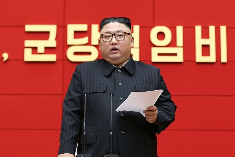 Esta imagen tomada el 3 de marzo de 2021 y publicada por la Agencia Central de Noticias de Corea (KCNA) muestra al líder norcoreano Kim Jong Un hablando en el Comité Central del Partido de los Trabajadores de Corea (WPK) en Pyongyang