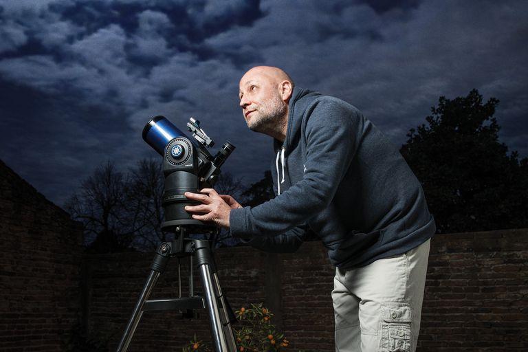 Desde un patio, un parque o un observatorio profesional, los amantes de la astronomía aprovecharon una ventana inesperada de tiempo en un planeta inéditamente detenido para maximizar su pasión