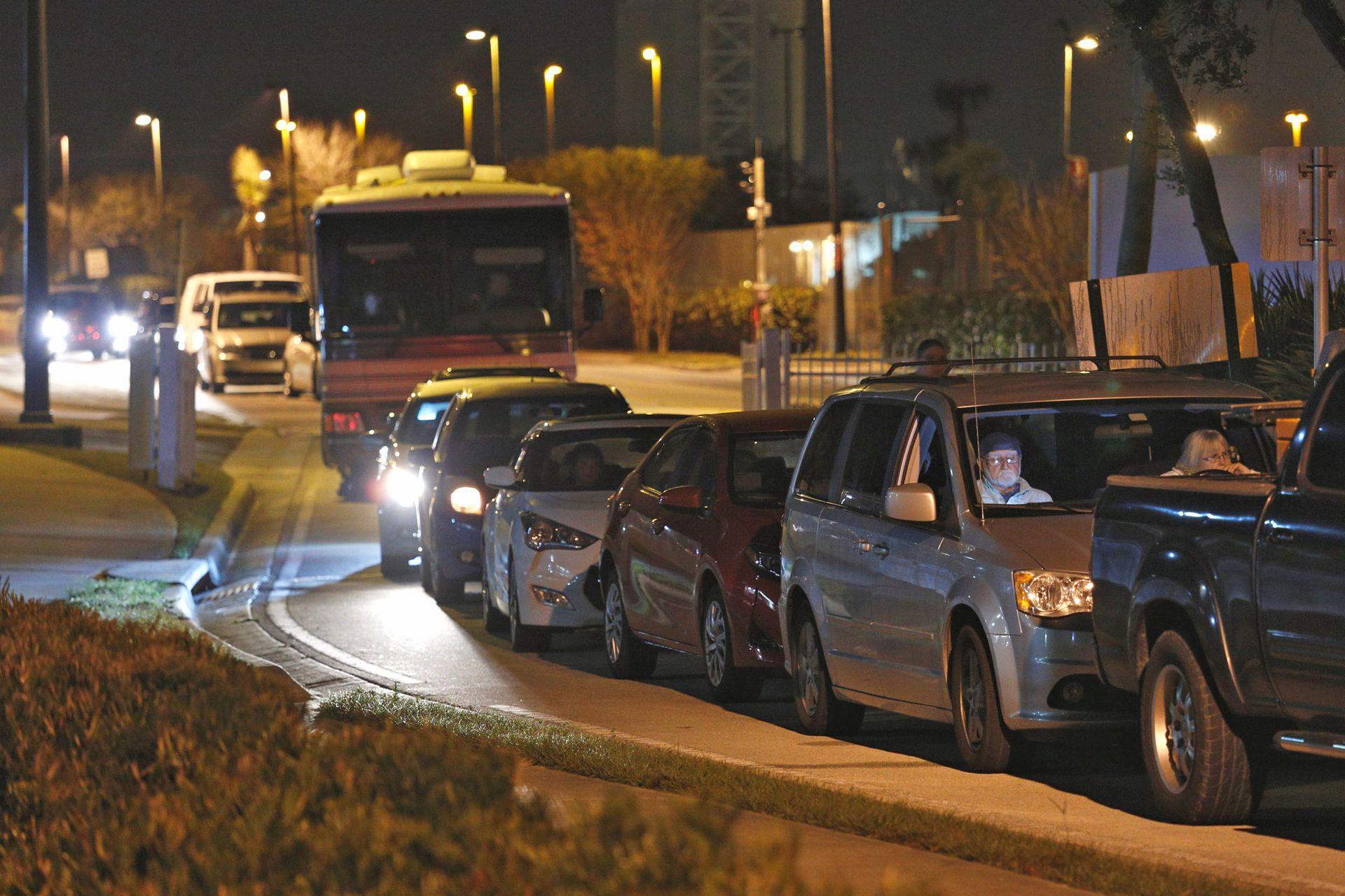 Fila de autos de visitantes afuera del Jetty Park, varias horas antes del lanzamiento