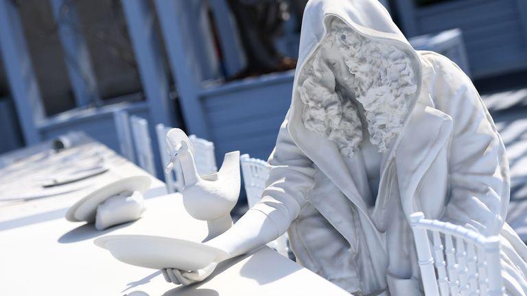 Una de las 16 piezas que Villar Rojas creó para la terraza del MET