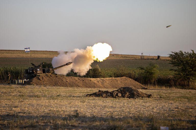 Una unidad de artillería israelí lanza misiles hacia objetivos en la Franja de Gaza, cerca de la frontera entre Gaza e Israel