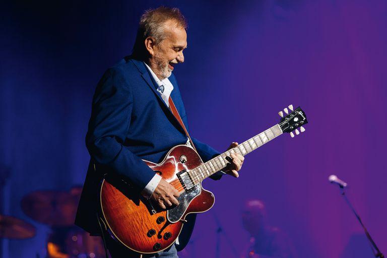Multiinstrumentista desde sus comienzos, Lebón se convirtió con los años en un referente de la guitarra