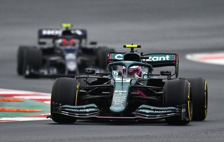 Sebastian Vettel y su Aston Martin AMR21: cometió un error con los neumáticos que le costó quedar relegado hasta la 18ª posición