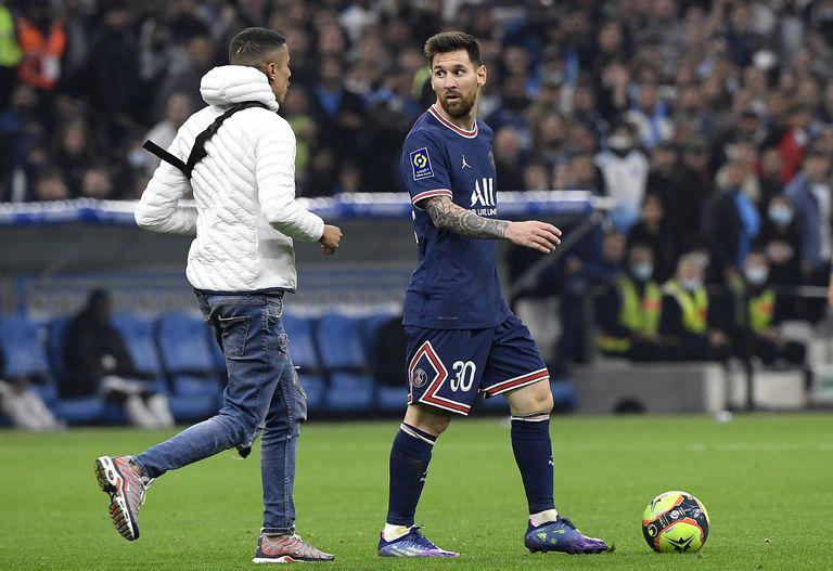 El día que un hincha entró a la cancha para frenar un gol de Messi en el clásico francés