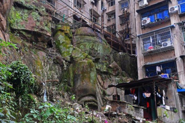 La figura de nueve metros de altura estaba tapada por vegetación y quedó al descubierto por los trabajos de reconstrucción de una de las fachadas de los edificios