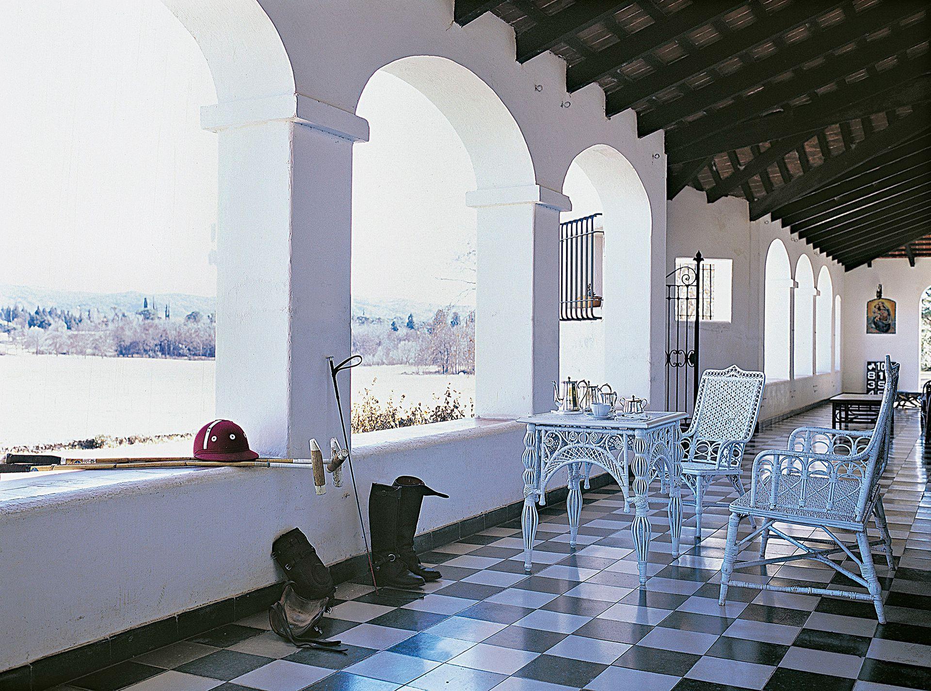 Sus galerías, que rodean todo el frente de esta casona de líneas coloniales, tienen arcadas que enmarcan las magníficas vistas hacia las Sierras Chicas.