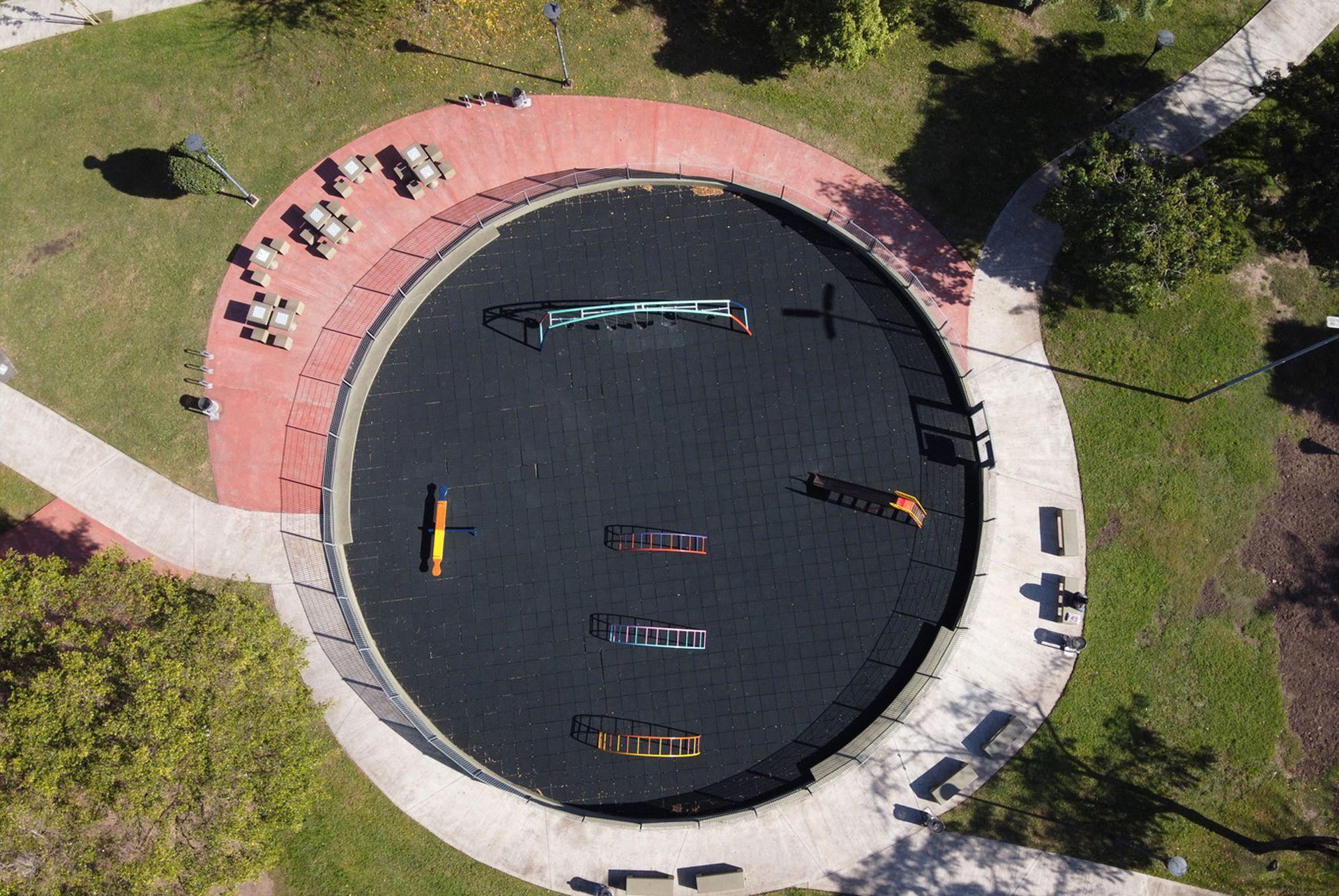 La plaza suele estar repleta de chicos jugando, hoy está vacía debido a las restricciones por el coronavirus