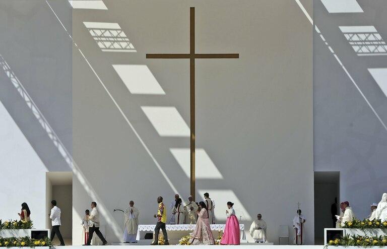 El altar para la misa fue montado en un escenario en el estadio Zayed Sports City