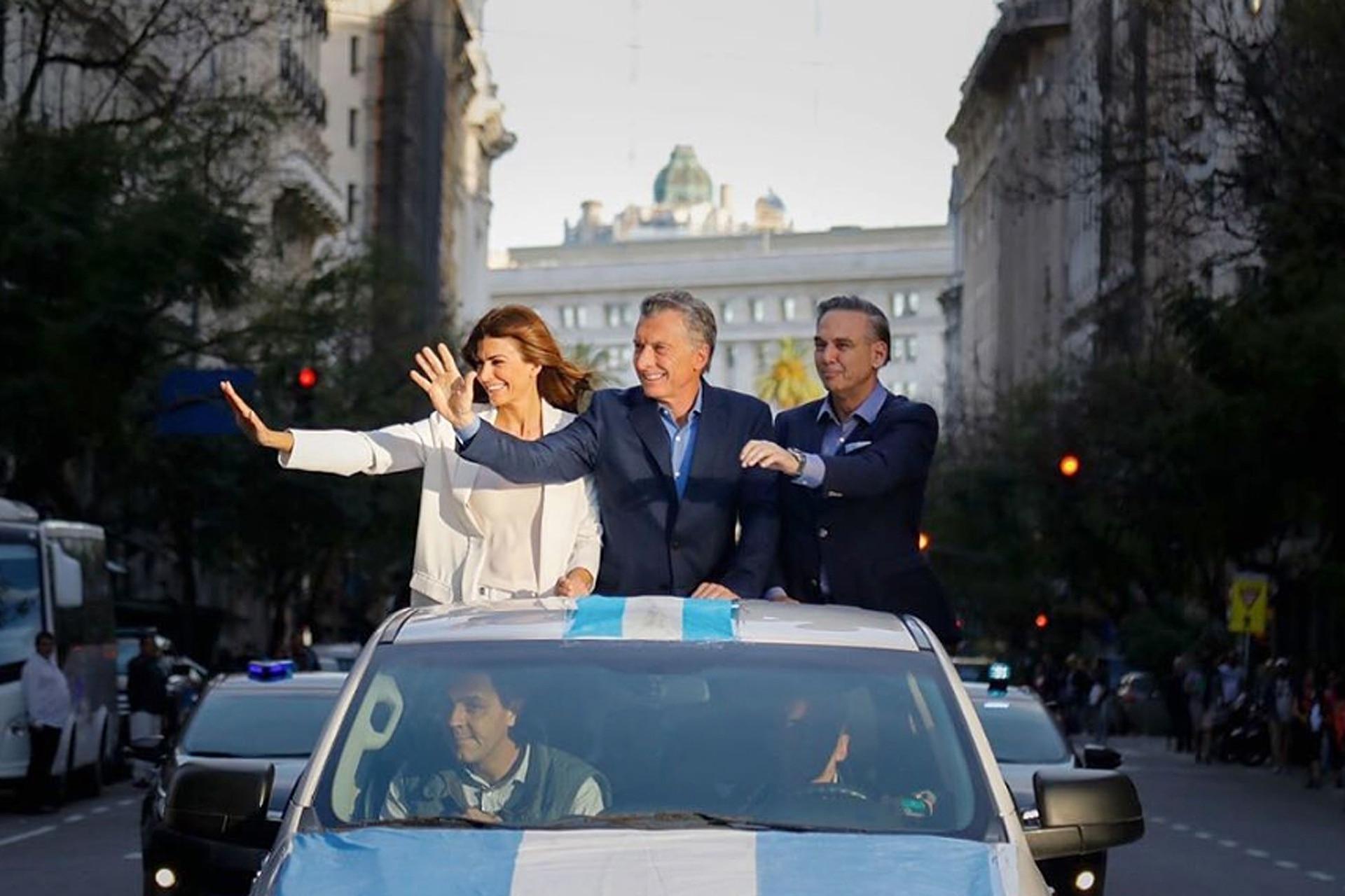 Juliana Awada, Mauricio Macri y Miguel Pichetto al arribar en auto a la Marcha del Millón