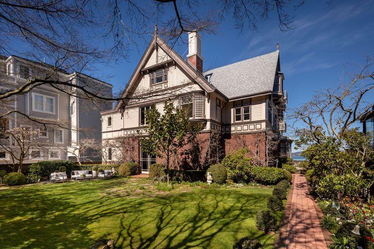 La casa se ubica en un espectacular terreno sobre la bahía de San Francisco