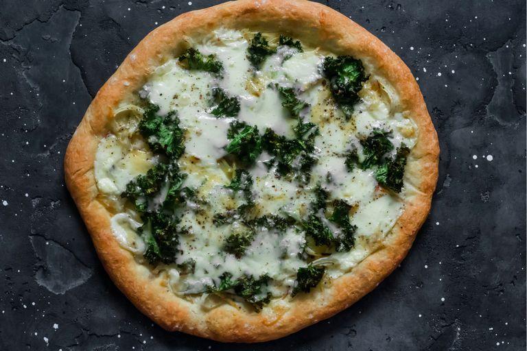 Pizza de kale, cebolla caramelizada y queso azul