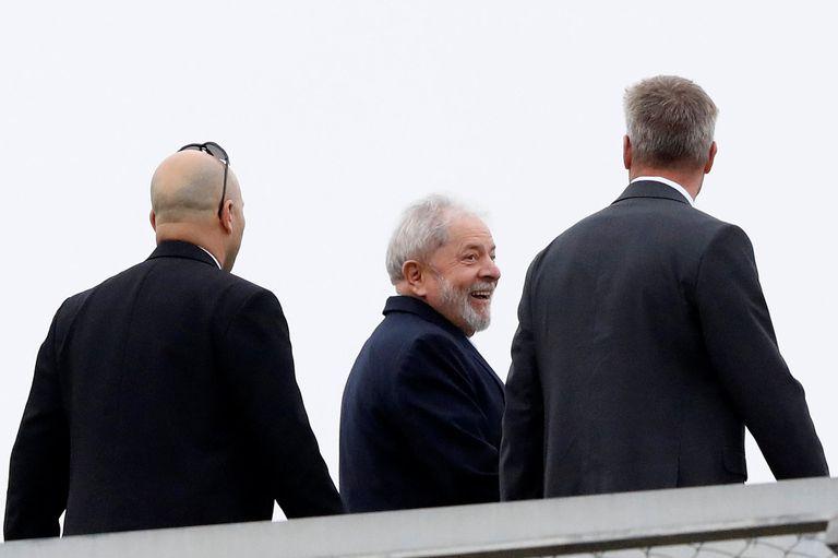 El ex presidente de Brasil, Luiz Inácio Lula da Silva, abandona la sede donde cumple una pena de prisión para asistir al funeral de su nieto de 7 años, en Curitiba, Brasil, el 2 de marzo de 2019.