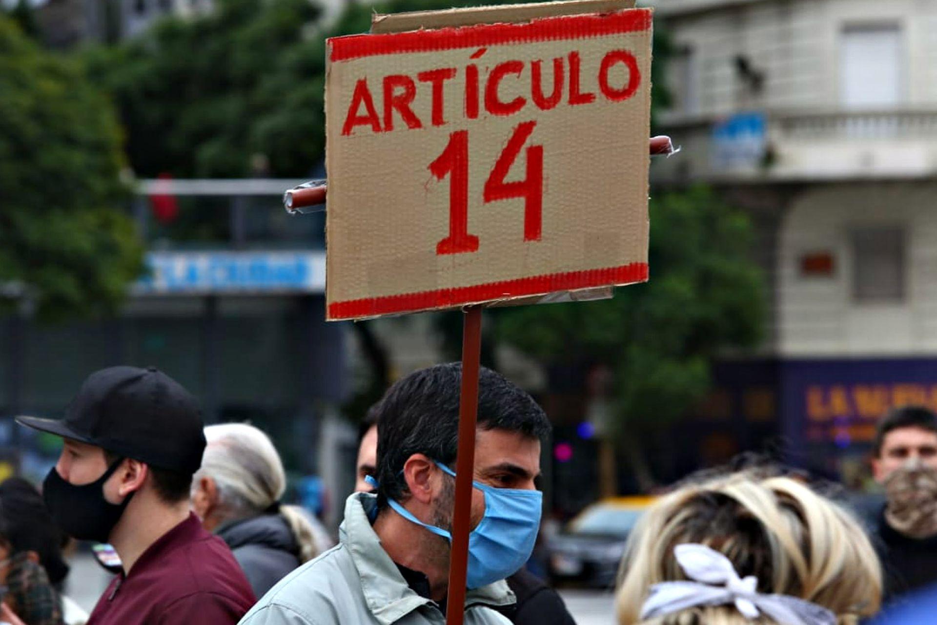 Otro de los carteles en la marcha hacía alusión al artículo 14 de la Constitución Nacional que habla sobre los derechos individuales