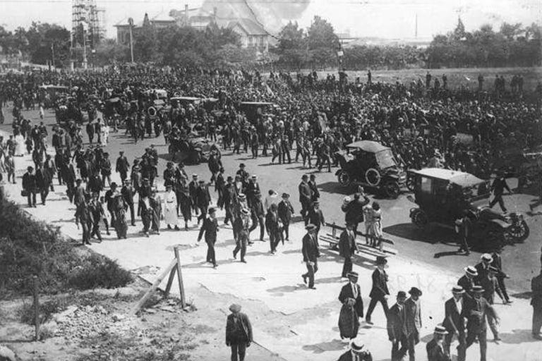 Por avenida Alvear, hoy Libertador, la multitud acompañó al cortejo que se trasladó desde Palermo hasta el Cementerio de la Recoleta.