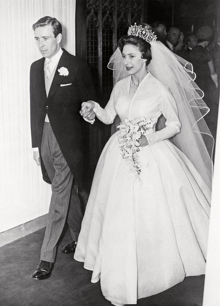 El 6 de mayo de 1960, los recién casados abandonan la abadía de Westminster después de su boda. Anthony Armstrong-Jones (Tony para la familia real) se convirtió así en Lord Snowdon y en el primer plebeyo en casarse con la hija de un rey en los últimos 400 años.