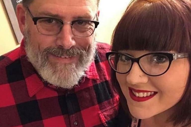 Una mujer se casó con su suegro, 60 años mayor, luego de divorciarse del hijastro de este