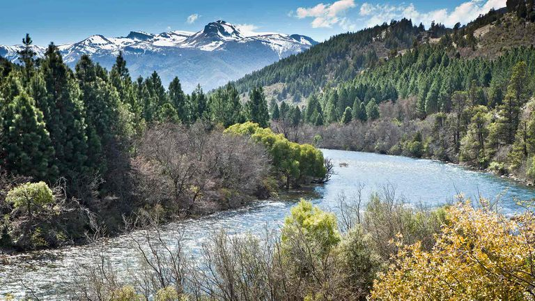 El río Meliquina modela el paisaje de la región neuquina