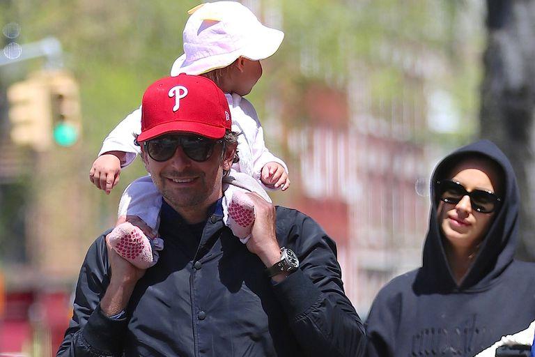 ¡Se terminó el paseo! Bradley Cooper, Irina Shayk y Lea regresan a su casa, luego de la salida a la plaza