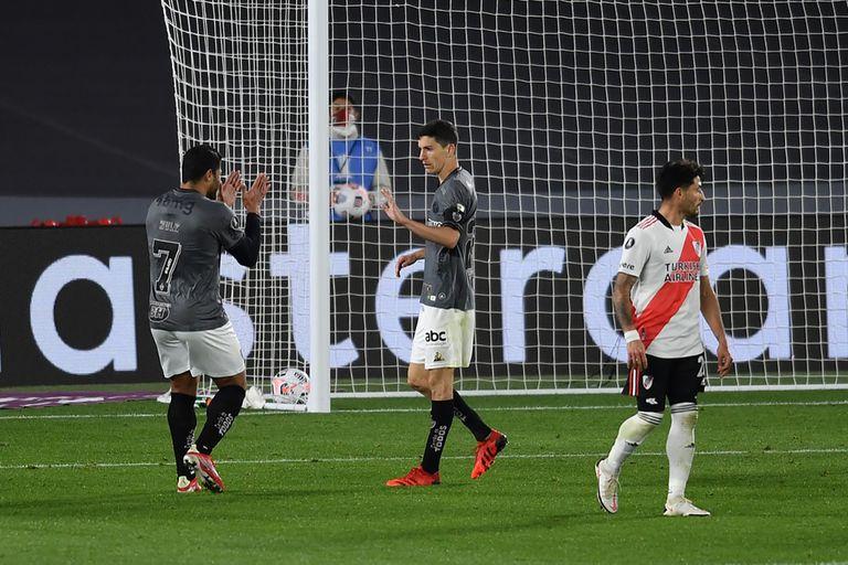 La pelota ya descansa en la red; Hulk se acerca a saludar a Nacho, que no grita su gol, el del triunfo del Mineiro sobre River