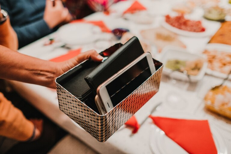Poner los celulares en una caja, o apilarlos, es una forma de acordar entre todos no usarlos durante la cena