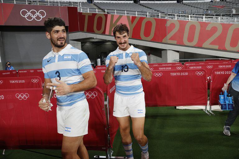 Primer plano para la alegría de Germán Schulz (3) y de Felipe Del Mestre (13) luego del triunfo de los Pumas 7s ante Sudáfrica.
