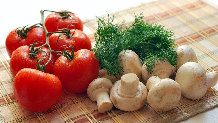 Ser cuidadosos al condimentar y moderar el aceite, las verduras por su riqueza en fibra, brindan saciedad y  es más fácil reducir la porción