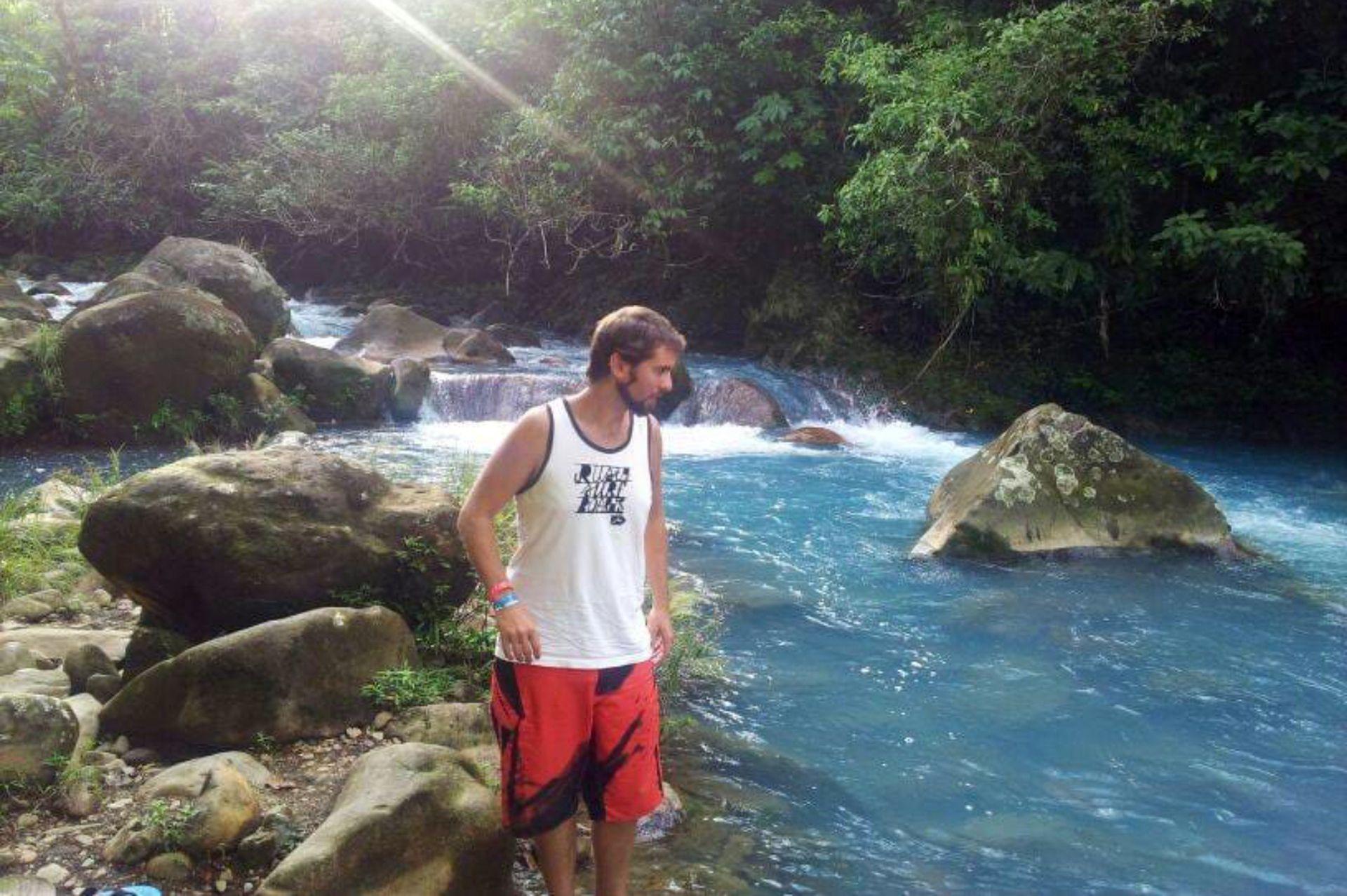 Sebastián en río Celeste.
