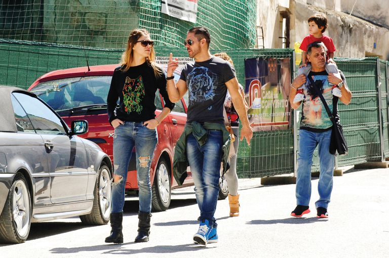 La foto que confirmó la relación entre Carla y el Cholo fue tomada el 6 de abril de 2014, durante un paseo que hicieron por Chinchón, una pintoresca localidad a 44 kilómetros de Madrid. Entonces, llevaban tres meses de romance