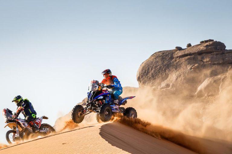 El vuelo del quads de Nicolás Cavigliasso, que persigue a la moto del checo Roman Krejci; campeón en 2019, cuando el Rally Dakar se desarrolló íntegramente en Perú, el piloto cordobés pretende recuperar la corona