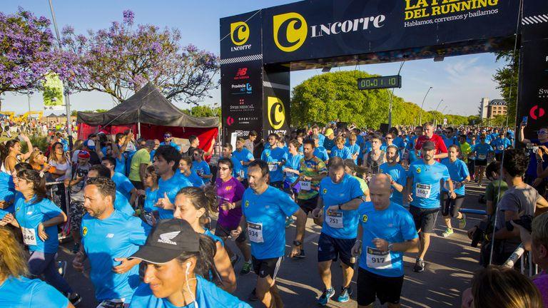 Un momento especial en la fiesta de los 8K LN Corre: la marea celeste que se lanza a recorrer el Vial Costero, en Vicente López