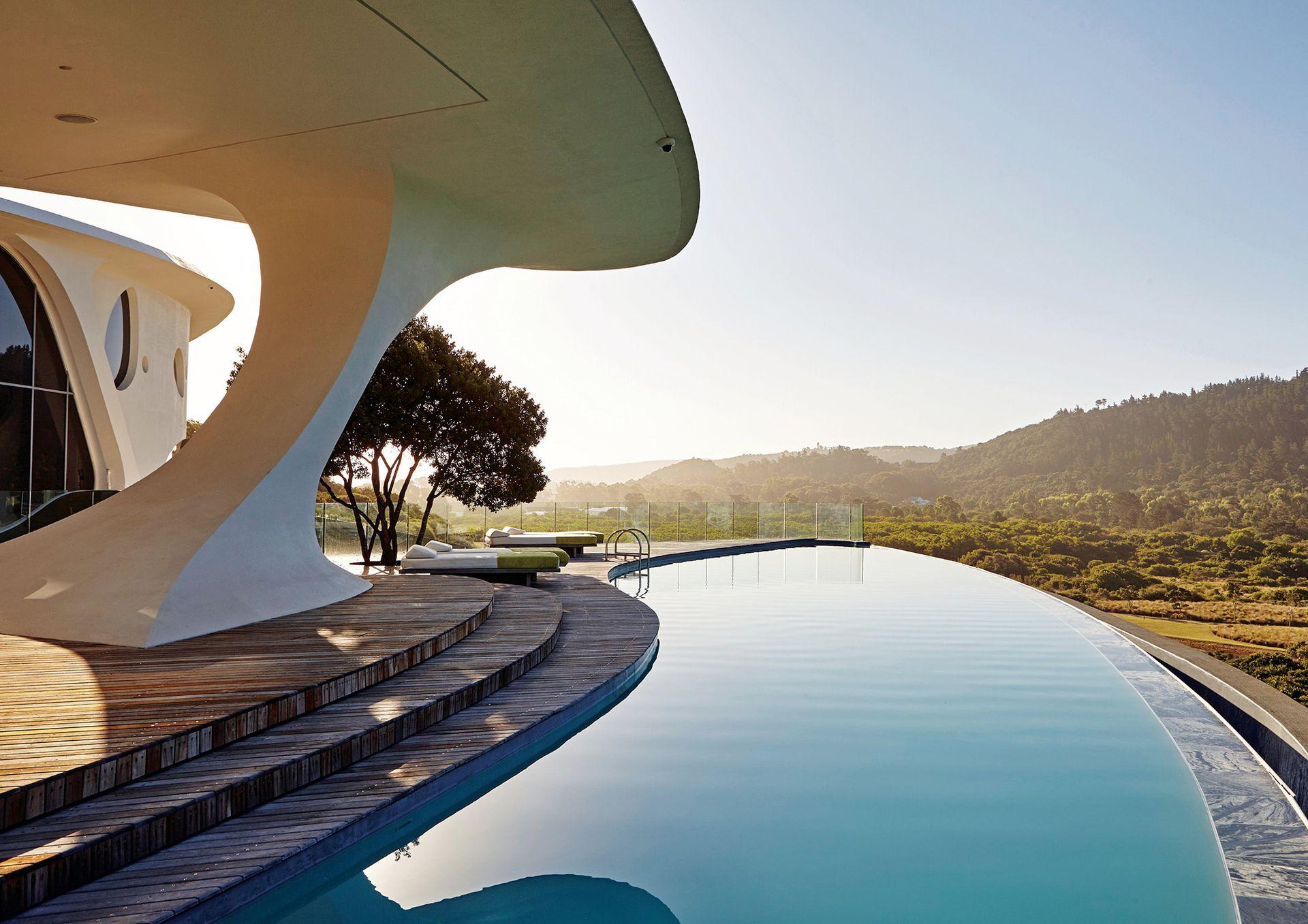 El agua de la pileta ofrece una perfecta transición visual entre la arquitectura y la naturaleza que la rodea.