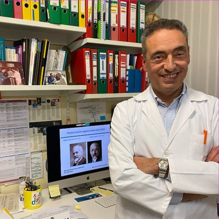 El científico español Carlos Martín desarrolló una de las vacunas candidatas más prometedoras contra la tuberculosis; en la pantalla se ve las imágenes de Calmette y Guérin