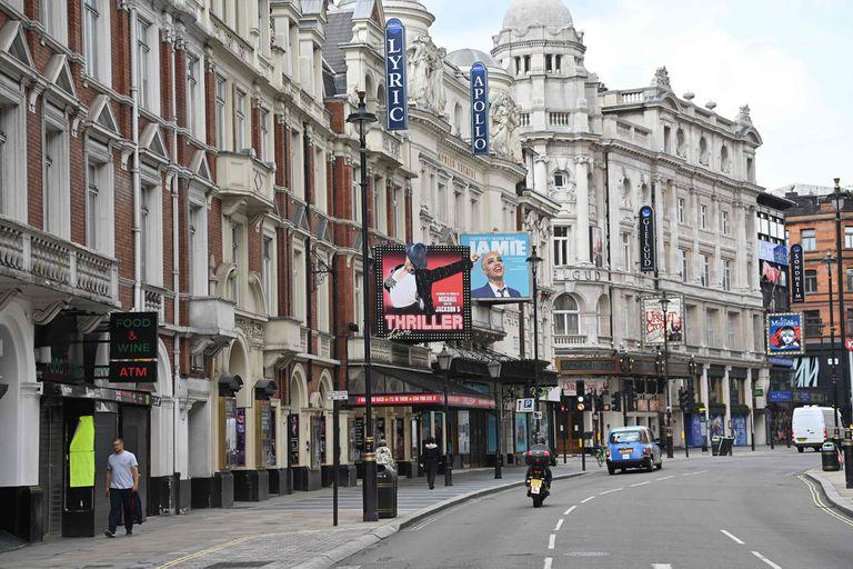 Desde la semana próxima, esta típica postal pandémica de la actividad teatral en Londres inicia su camino hace la vieja normalidad