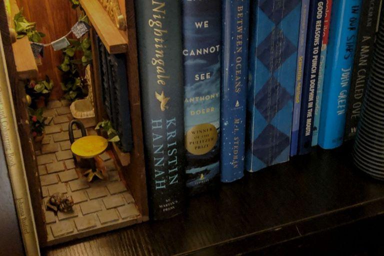 Un booknook hecho por @lavenderys; se instalan en las estanterías y sirven tanto para sostener los libros como para decorar el ambiente