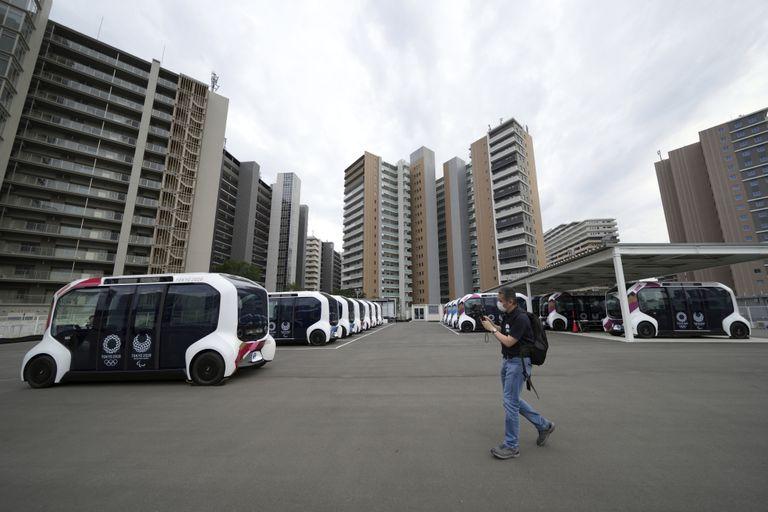 Los vehículos eléctricos autónomos que se utilizarán alrededor de las instalaciones principales se ven durante una gira de prensa de la Villa Olímpica y Paralímpica de Tokio