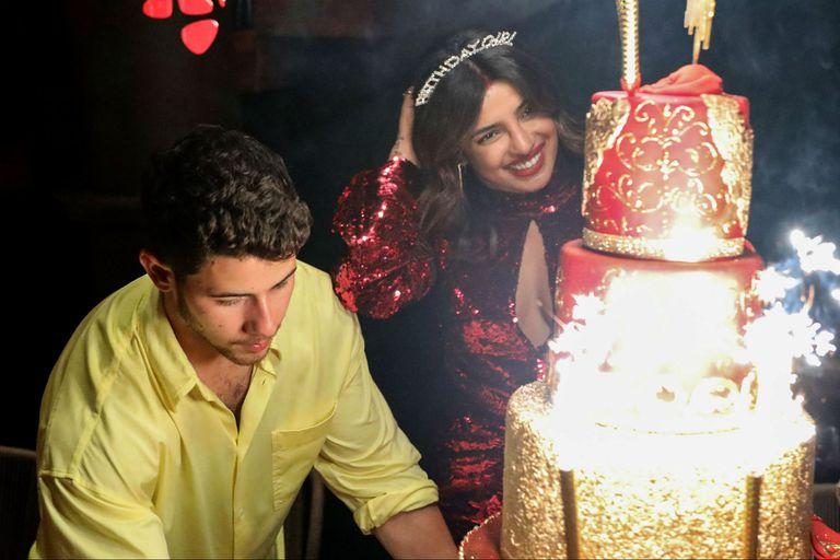 El músico acomodando la torta de cumpleaños de su esposa, Priyanka Chopra, que recibió los 37 en Miami