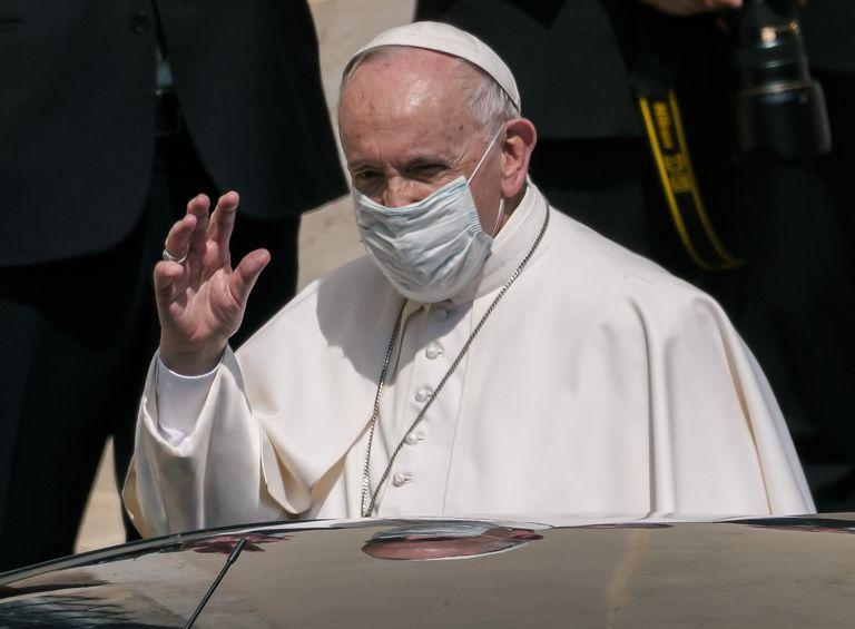El papa Francisco parte al cabo de su audiencia general semanal al aire libre en el patio de San Dámaso