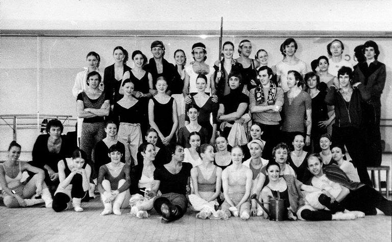 Didi Carli (abajo, a la derecha, con una regadera), en un cuadro grupal con el Ballet de la Ópera de Berlín, en 1978