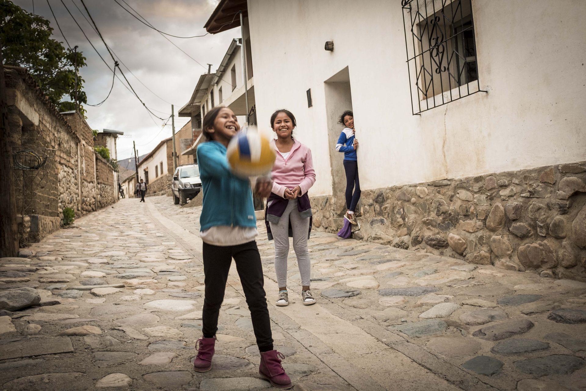 El pueblo se caracteriza por sus veredas altas y sus calles de piedra inclinadas, con pequeñas acequias que las dividen a la mitad.