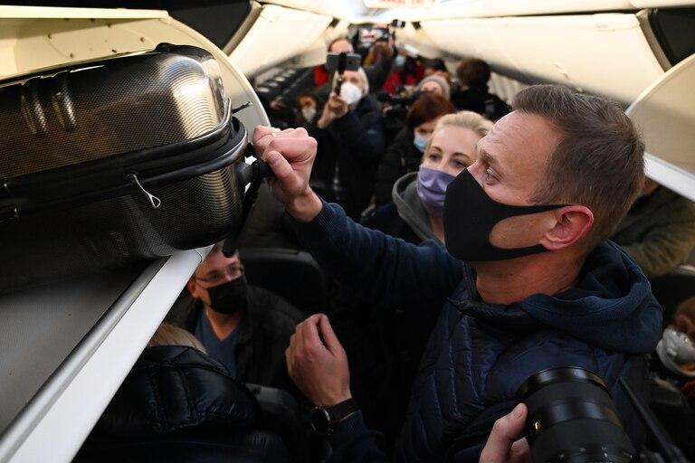 El líder de la oposición rusa Alexei Navalny y su esposa Yulia son vistos en un avión Pobeda después de que aterrizó en el aeropuerto Sheremetyevo de Moscú el 17 de enero de 2021