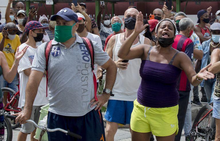 Una mujer grita durante una protesta contra el gobierno en La Habana, Cuba.