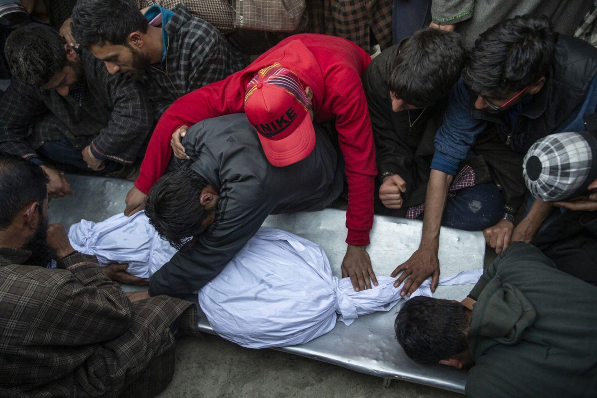 Los aldeanos de Cachemira se lamentan cerca del cuerpo de un niño de 11 años, Aatif Mir, durante su procesión fúnebre en la aldea de Hajin, al norte de Srinagar,el niño murió durante enfrentamientos armados