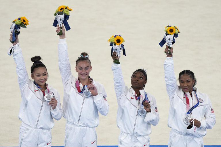 Sunisa Lee, Grace McCallum, Simone Biles y Jordan Chiles celebran la medalla plateada en la competencia por equipos