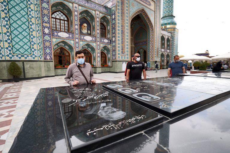 La tumba del Sr. Fakhrizadeh en el santuario Imamzadeh Saleh en Teherán.