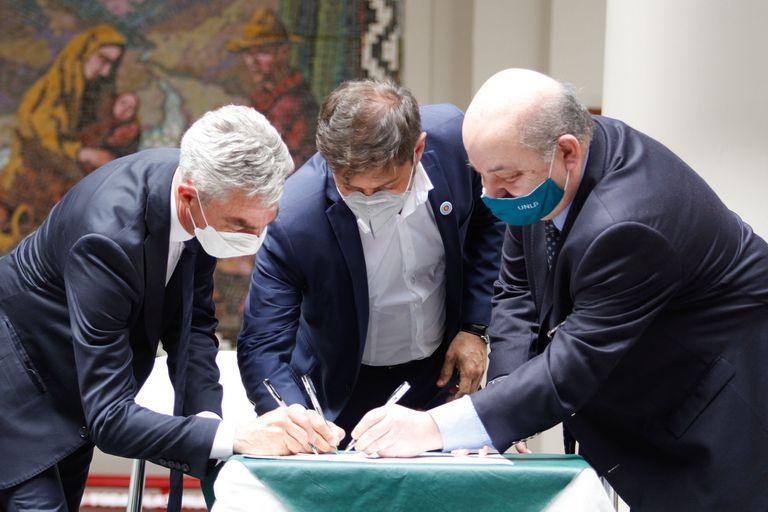 El ministro Mario Meoni y el gobernador de la provincia de Buenos Aires, Axel Kicillof, en la firma de un convenio