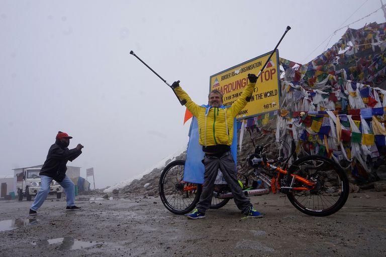 Maggi en la cima de Khardung La, la ruta motorizada más alta del planeta, a 5.600 metros sobre el nivel del mar