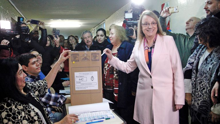 Alicia Kirchner emitió su voto en la Escuela N° 11 ''''Revolución de Mayo'''' de Rio Gallegos.