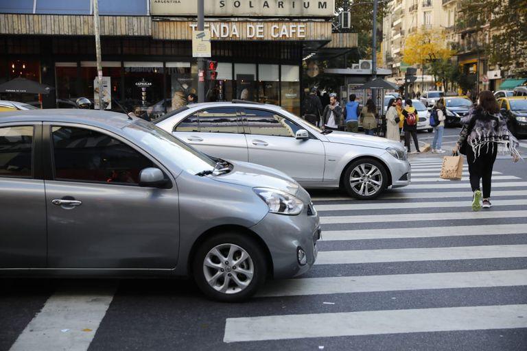 Vehículos que no respetan el semáforo, en Santa Fe y Callao