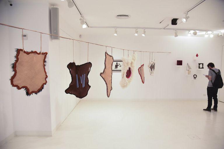 Una muestra pone en diálogo obras de la colección, creadas por artistas como Antonio Berni y Carlos Alonso, con otras de artistas contemporáneos